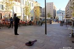 Un Chanteur dans Marseille (Bernard Bost) Tags: france canon marseille place terrasse paca provence chanteur 2014 bouchesdurhne guitariste