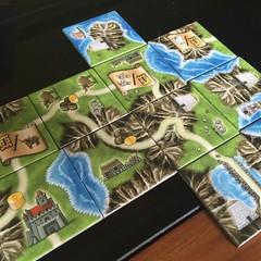 Isle of Skye - เกมแข่งกันต่อแผนที่เกาะ Skye ในสก็อตแลนด์ ซึ่งเป็นที่ร่ำลือว่าสวยที่สุดแห่งหนึ่งในโลก เล่นง่ายและสนุกดี แต่ละตาจั่วแผ่นขึ้นมาสามแผ่น วางแผนโดยไม่ให้คนอื่นเห็นโดยใช้ฉากกั้นจะทิ้งแผ่นไหน อีกสองแผ่นจะตั้งราคาแผ่นละเท่าไหร่ เสร็จแล้วเปิดฉากกั้น