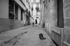 63 - Alleyway (amor du 94) Tags: 4me architecture chaussure couple danslarue eglise immeuble leshalleschatelet lieu pariscentre photingo scne sujet srie texture