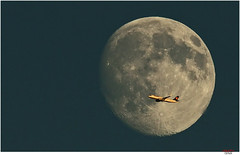 fly me to the moon (Lutz Koch) Tags: mond moon flugzeug jet airplane lufthansa sky himmel idstein elkaypics lutzkoch taunus sinatra fraport flughafenfrankfurt fra luftverkehr airtraffic traffic flight