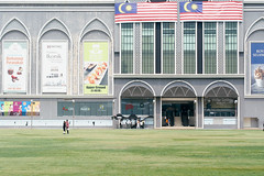 (yangkuo) Tags: padang dataran pahlawan melaka malacca grass lawn square building selfie wefie couple malaysia flag merdeka independenceday openspace