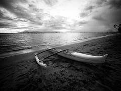 Outrigger Canoe at Dusk (Jon Wojan) Tags: olympus omd em1 omdem1 canoe outrigger bw blackwhite blackandwhite telephoto lahaina maui pacific pacifico atardecer cielo sunset dusk sundown relax relaxed tropic tropics tropical vacation scenic