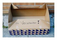 zu Verschenken ! (rainbowcave) Tags: kiste karton schachtel box cardboard pavement brgersteig pflaster sidewalk