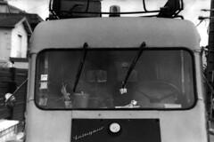 PARCELLE 16-034_19 (gyjishukke) Tags: fourgonrenaultvoltigeur1000kg analog argentique believeinfilm shootfilm noiretblanc cabine ilford delta400 800iso selfdevelopment scanlowdef hc110b 10 20 chien parebrise volant minoltax700 vintage camion 32 bw