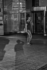 La foto (Marc Nikonis) Tags: barcelona barcelone black blanc bright brillant brillante catalan catalana catalane catalgona catalogne catalonia catalonian catalua city espagne espana fuji fujifilm fussgaenger gens gente glanz glints homme individus leute man noir passant people personnes pro reflejo reflets riflesso rue schwarz spain spiegelungen strasse street weiss white x xpro1 xserie