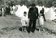 Vidkun Quisling og to småjenter i forbindelse med Borrestevnet 1941. (Riksarkivet (National Archives of Norway)) Tags: ns worldwarii secondworldwar quisling krigen vidkunquisling andreverdenskrig okkupasjonstiden