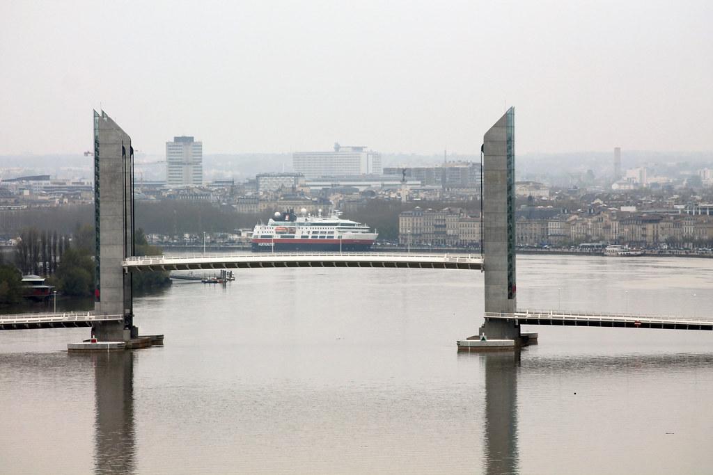 Le paquebot FRAM sur le Pont Chaban-Delmas - Bordeaux - 07 avril 2013