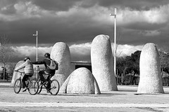 Padre e Hijo (Sonia Montes) Tags: parque white black blancoynegro canon bicicleta bn paseo bici urbana padre hijo cann soniamontes