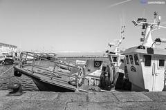 Riveira - 13-04-2013 (DNS Fotografía) Tags: street trip travel light sea bw white black art de puerto photography boat mar photo spain coruña europe barco minolta photos sony dani konica alpha f28 ria dt ribeira ssm riveira maxxum buque a77 arousa 1650 nidazo