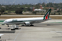 Alitalia, Boeing 777-200ER (Ron Monroe) Tags: boeing lax airlines 777 airliners alitalia klax eidbl
