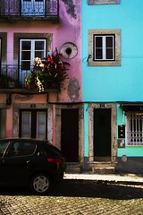Calles coloridas en Lisboa. (Lauramoreno_) Tags: pared wall colorido color colorful colors azul blue door puerta casas casa houses house portugal lisboa lugar travel viaje coche ventana window photography spring trip world street streetphotography streetcolor calle