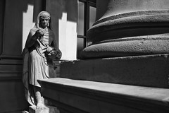 The Thief And His Spoils (RadarOReilly) Tags: dieb thief beute spoils booty statue figure sw schwarzweis bw blackwhite monochrome frankfurt germany brse stockexchange stockmarket