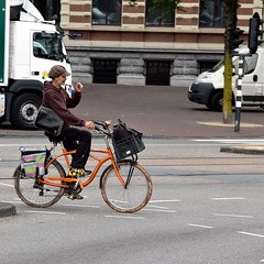 Colorful (FaceMePLS) Tags: amsterdam nederland thenetherlands facemepls nikond5500 straatfotografie streetphotography tweewieler man fiets bike bicycle pet cap schoudertas transportfiets rugzak fietstas nikesneakers johnnyloco