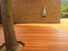 Kiefern-Hof (Jrg Paul Kaspari) Tags: trier hausfrkinder kita naturnaher spielraum bauaktion baustelle muttergottes statue skulptur sculpture texturen textures minimal minimalism holz baum ziegel ziegelwand sand