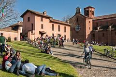 Una domenica di primavera (agoralex) Tags: people primavera nikon europa italia gente gelato sole lombardia stagioni domenica abbazia localit morimondo d300s agoralex