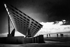 Forofofrum. (fernandoprats) Tags: blackandwhite bw blancoynegro architecture composition arquitectura flickr shadows forum dive explore photowalk framing uncropped sombras siluetas iphone prats hombrecitos mobilephotography pureshot fernandoprats fotografiamovil scratchcam snapseed theappwhisperer diveuniverse movistardive placavoltaica