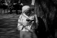 Pieuse Lecture (Sylv Photos) Tags: life street bw woman paris photography photo still noiretblanc femme jardin scene nb tuileries turban lecture rue parc vie vendome coran priere prier espacesverts pieuse sortiephototrend4 sylvaincourant