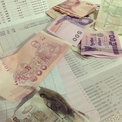 เวลากับเงิน. เงินหาเมื่อใหร่ก็ได้ ส่วนเวลา ย้อนไม่ได้ อย่าเสียใจเลย ที่ใช้เงิน ขอแค่ ขยัน และหามาใหม่ อย่าขี้เกียจ ใช้ชีวิตเป็นก็คือ ใช้เงินเป็น อย่าเอาเวลาที่มีค่าไปแลกกับเงินไร้หัวใจ. หากจะเสียเงินจะเสียไปเพื่อ ความรัก เวลา ชีวิต มิตรแท้   #พ่อสอน