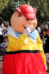 A Tweedle picking his nose (disneylori) Tags: disney disneyworld characters wdw waltdisneyworld magickingdom tweedledee tweedledum fantasyland disneycharacters tweedles nonfacecharacters meetandgreetcharacters aliceinwonderlandcharacters
