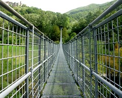 Il ponte sospeso (Mirco Parmeggiani) Tags: italy mountains ponte tuscany toscana montagna appennino abetone
