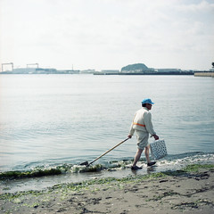He pick up seaweeds. (TAT_hase!) Tags: sea film beach kodak c hasselblad yokohama portra   planar 160 80mm carlzeiss  66   503cxi