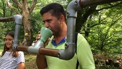 Wandelaar spreekt tekst uit (Scarabee art) Tags: artborne 2016 anruf jeroen bisscheroux scarabee airbornewandeltocht