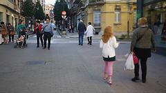 OPC 081015 055 (Jusotil_1943) Tags: opc081015 gente urban callejeando bebe carrito calle pelirroja urbanas escenas adoquines trafico seales