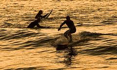 Athleten im Abendlicht (Seahorse-Cologne) Tags: tretat normandie france sea mer mare meer atlantik summer sunset sonnenuntergang surfen surf surfer wassersport wellenreiten surfing