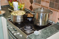 2013_Mrcius_246 (emzepe) Tags: family green cooking kitchen lunch cuisine soup big dish oven large cook gas pot utca kche 37 otthon cooker pea leves suppe csald tavasz noddles kochen ebd mrcius nagy galuschka konyha 2013 galuska tzhely hdmezvsrhely tkez bercsnyi nlunk fazk rntott serpeny fz borsleves edny gztzhely nagycsald