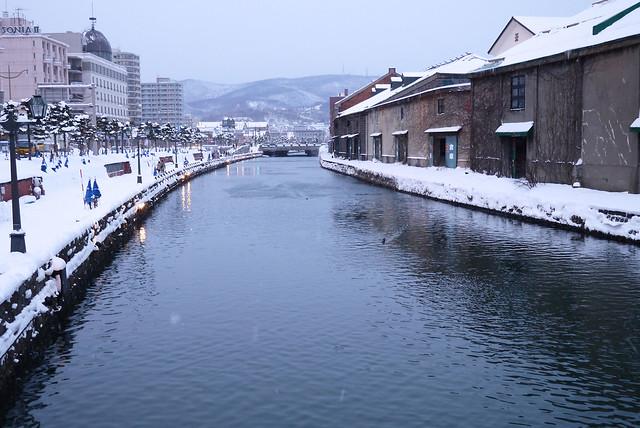 「なると」ですっかり食べ過ぎたので(笑)小雪のちらつく中を頑。|小樽運河倉庫群