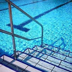 Steps down to heaven -Guildford Lido (Song-to-the-Siren) Tags: sport spring bluewater bluesky swimmingpool leisure guildford lido zeissikonnettar fujifilmreala100 guildfordlido