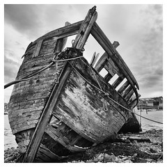 Camaret (objet introuvable) Tags: blackandwhite bw bretagne beach nb noiretblanc sea sand boat bateau monochrome mer clouds contrast contraste eau t summer holidays vacances lumixgx8 panasonic