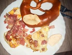 Frhstck mit Wachteleiern Brezel und gebratenem Schinken (eagle1effi) Tags: frhstck mit wachteleiern brezel s5 breakfast quail eggs egg ei speck