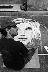Artista di strada (eltaralo) Tags: lumixtz70 strada artista persone panasonic monocromo biancoenero disegno ritratto lumix tz70