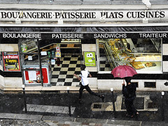 Pioggia a Parigi (letiziaserredi1) Tags: pioggia boulangerie nero ombrello parigi