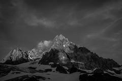 Ombre et Lumire sur les Aiguilles (N/B) (Frdric Fossard) Tags: nature lumire ombre soir calme ambiance atmosphre glacier aiguillerocheuse crte arte cime rocher picdemontagne aiguilledutour glacierdutour alpes hautesavoie massifdumontblanc