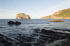 Sombra y luz al atardecer (luisetegt) Tags: atardecer sombra mar rocas isla aketxe aqueche matxitxaco machichaco gaztelugatxe gaztelugache bermeo vizcaya bizkaia