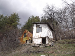 / Facing the future (Bohis) Tags: trees house abandoned window grass stone clouds forest fence village stones pierre arbres bulgaria shack pierres balkans nuages maison bushes fentre  fort pelouse shacks balkan bulgarie clture pr drygrass    buissons  staraplanina abandonne      herbesche baraques       leskovdol