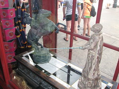 Wizard chess duel in Zonko's at the Wizarding World of Harry Potter (FranMoff) Tags: horse shop mechanical joke knights duel universal themepark islandsofadventure hogsmeade wizardchess wizardingworld wizardingworldofharrypotter zonkos