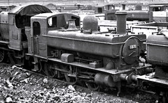 Railways - 1371 outside Swindon Works awaiting cutting up (Biffo1944) Tags: swindon railway gwr 1371 works 1366 060pt swindon