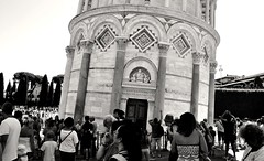 Pisa, Toscana, Italy (Gonzalo Aja) Tags: pisa toscana tuscany italy italia tower torre leaning inclinada people gente personas crowd multitud tourist turistas architecture arquitectura city ciudad street calle piazza plaza duomo blackandwhite blancoynegro bw d3000