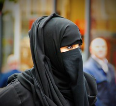 Femmes aux pices du monde - Women from all over the world (2) (dominiquita52) Tags: streetphotography photoderue burqa voile black eyes yeux leeds
