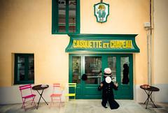 Casquette et chapeau (bertrand taoussi) Tags: enseignes hat projet522016 selfportrait streetphotography