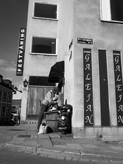 Kiss me (Georgios Karamanis) Tags: karamanis sweden uppsala people street black white bw st larsgatan galejan restaurant festvning bin dustbin bag man woman kiss awning windows