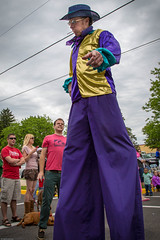 The Man on Stilts works the Crowd (schamis) Tags: festival pennsylvania parade dogwood stilts phoenixville canonef24105lf4isusm canon5dmarkiii