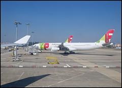 A340-312 CS-TOA (wilphid) Tags: lisbonne lisboa portugal aroport lisboaportela avion pistes hublot