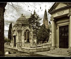 Mausoleo Cementerio de la Almudena (Pogdorica) Tags: madrid puerta agua torre almudena cementerio iglesia ave reflejo pajaro mausoleo virado inclan cruzadasi