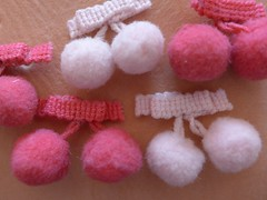Cerejinhas de fita grelot (super_ziper) Tags: pink fashion cherry diy handmade moda rosa craft haberdashery cereja pap fita pompom sz pompons acessorio superziper armarinho grelot colaquente