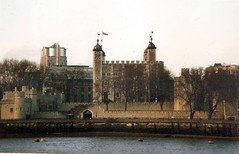 Tower of London (sftrajan) Tags: inglaterra england london river britain medieval historic unescoworldheritagesite unesco worldheritagesite londres bandera angleterre 1995 unionflag fortress toweroflondon inghilterra