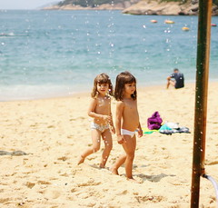 2016-09-18 02.29.28 1 (dianaguimaraes99) Tags: landscape chil child twins love beach riodejaneiro brasil urca peace green areia paisagem beiramar criana praia sun sol amor canon 50mm